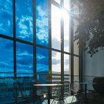 Cafetriatische im Sonnenschein. Bild: EControl-Glas | Fotograf: DIGIWORLD.tv