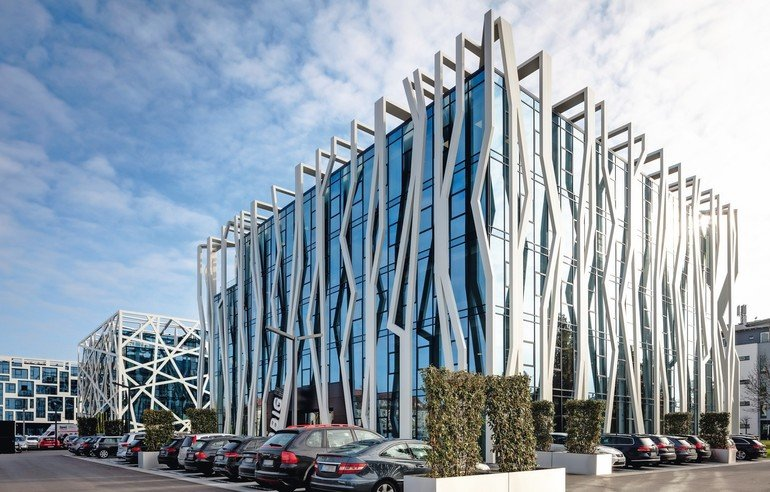 Drei Würfel in einer Reihe: Die Bürogebäude sind formal ähnlich und doch jedes für sich sehr prägnant gestaltet. Bilder: Dirk Wilhelmy, Stuttgart