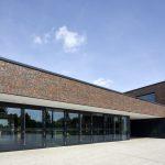 Klinkerfassade mit durchgehender Verglasung im Erdgeschoss. Bild: Hagemeister