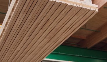 Brettsperrholz-Tragelemente mit Akustikprofil für Wand, Decke und Dach. Bild: Lignotrend