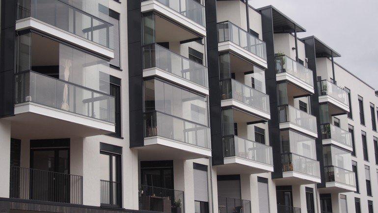 schall und w rmeschutz rahmenlose balkonverglasung von lumon. Black Bedroom Furniture Sets. Home Design Ideas