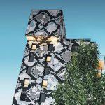 """Das """"Schlangenhaus"""" mit seiner auffälligen Python-Fassade ist Blickfang eines architektonisch eher pragmatisch angelegten neuen Stadtteils von Grenoble. Bild: Prefa/Croce & Wir"""
