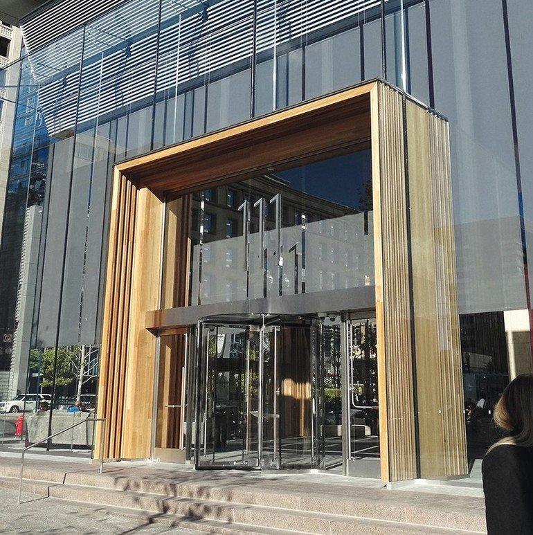 Außergewöhnliche Fassade in Salt-Lake-City: Elemente aus Eukalyptusholz gehen über eine Höhe von 7m scheinbar fließend in Glaselemente über.
