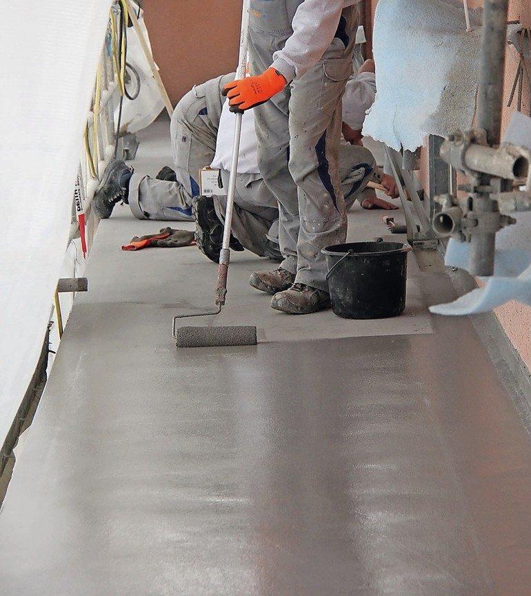 Mit Flüssigkunststoff wie Polymethylmethacrylat (PMMA) werden Bodenbeläge zu sicheren Rettungswegen. Der Systemaufbau wird von geschulten Fachbetrieben vor Ort frisch in frisch aufgebracht. Bild: Triflex