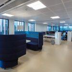 Raumakustik durch Metalldeckenplatten mit hohem Schallabsorptionswert. Bild: Armstrong Building Products