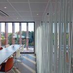 Die Akustikdeckenplatten und der Fußboden haben den gleichen metallischen Glanz wie die Fassadenelemente. Bild: Armstrong Building Products