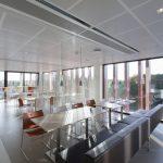 Ein spielerischer Wechsel von Möbeln schafft offene und geschlossene Räume. Bild: Armstrong Building Products