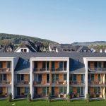 Glattziegel auf Satteldach ohne Überstand für einen klaren Baukörper: Der Neubau verknüpft die traditionelle Umgebung mit einem modernen Hotelkonzept. Bild: Creaton GmbH