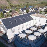 Modernes Satteldach mit glattem Ziegel in der Nuance Schieferton engobiert: Der Flächenziegel wurde in Verbanddeckung auf etwa 375 m² Fläche verlegt. Bild: Creaton GmbH