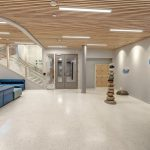 In der freundlich gestalteten Eingangshalle basiert die Wohlfühlatmosphäre auf hellen Materialien, Farben und Licht. Bild: Glamox