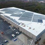 PV-Anlagen lassen sich auch gestalten, hier etwa mit dem Logo des Gebäude-Nutzers in der Modulfläche oder mit den bewusst steiler geneigten Modulen am Dachrand, die das energetische Engagement auch aus der ebenerdigen Perspektive zu erkennen geben. Bild: IBC Solar