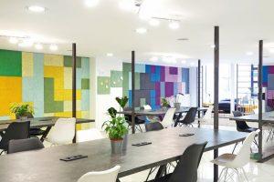 """Mit den Holzwolle-Akustikplatten """"Heradesign creative"""" lassen sich ausdrucksstarke gestalterische Akzente an den Wänden setzen. Diese habe sich inzwischen zum Markenzeichen des Share Square entwickelt. Bilder: Knauf AMF"""