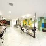 Im Kontrast zu dem diagonal verlegten keramischen Bodenbelag in Weiß wirken die farbig designten Wände besonders stilvoll, ohne jedoch den Raum insgesamt zu dominieren. Bild: Knauf AMF