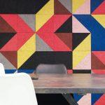 """Die Oberflächen-Ausführung """"superfine"""" der Holzwolle-Akustikplatten mit ihrer Faserbreite von 1mm harmoniert mit jedem Farbton anders und lässt die Struktur filigran erscheinen. Bild: Knauf AMF"""