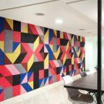 Pure Formen- und Farbenvielfalt wird zu einem attraktiven Ganzen, das mit seinen dreidimensional anmutenden optischen Effekten die Besucher des Share Square immer wieder überrascht. Bild: Knauf AMF