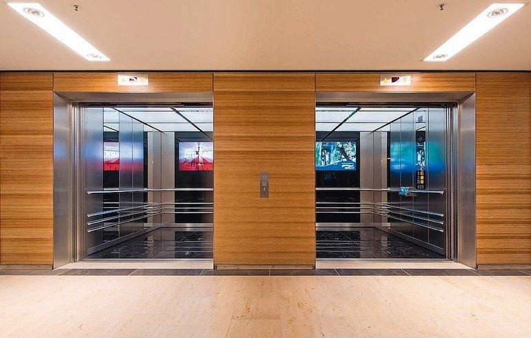 Gestaltungskonzepte für Aufzüge zur Orientierung von Senioren: Aufzugtyp Kone TranSys ist konzipiert für große Personenmengen, Lasten- und Bettentransporte. Bild: Kone