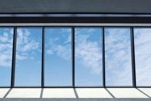 Das Brandschutz-Glasdach von Lamilux verhindert für über 30 min das Übergreifen von Feuer und Rauch auf weitere Gebäudekomplexe. Bild: Lamilux