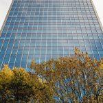 Laminierte Fassadenplatten im Wechsel mit Sonnenschutzverglasung. Bild: Marcus Pietrek