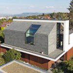 Zum Nordwesten präsentiert sich das Bauwerk von seiner monolithischen Seite mit grünem Schiefer an Dach und Wand. Bilder: Rathscheck Schiefer