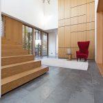 Im Eingangsbereich harmoniert der grüne Schiefer mit Holz und Glas. Bild: Rathscheck Schiefer