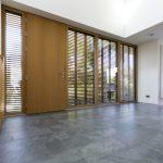 Reizvolle Wahl: grüner Schiefer mit bruchrauer Oberfläche als Bodenbelag im Eingangsbereich. Bild: Rathscheck Schiefer