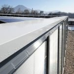 Den Normen entsprechend installierte Kantprofile und Attikaabdeckungen schützen die Fassade dauerhaft vor Feuchtigkeit und setzen zudem optische Akzente. Bild: Richard Brink