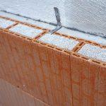 Die Wärmedämmfassade Poroton-WDF ist eine massive Ziegelwand, gefüllt mit dem natürlichen Dämmstoff Perlit, einfach in der Verarbeitung bei hohem Brandschutz. Bild: Schlagmann Poroton