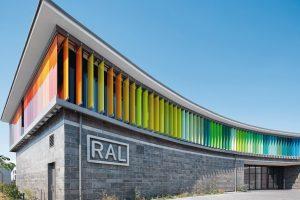 Glaslamellen im RAL-Farbspektrum als Sonnenschutz. Bild: Schüco International KG