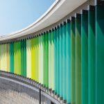 Die der Fassade vorgesetzten Großlamellen, zwischen 3,00 und 3,50 m hoch, werden über verdeckt liegende Motoren und Getriebe bewegt. Bild: Schüco International KG