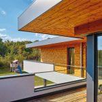 Der umlaufende Balkon akzentuiert das L-förmige Wohnhaus zusätzlich. Bild: alwitra/Sven-Erik Tornow