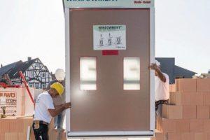 Baustelle, Installation eines großen Fensters/einer Türe