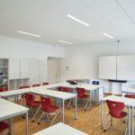 Der Unterrichtsraum mit akustischer Dämpfung an Decke und Wand. Bild: Ecophon | Christian Wese