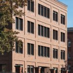 Bürogebäude mit Klinkerfassade und Zaunanlage