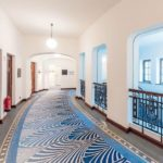 Flur mit Mosaikboden und mit großen Fenstern
