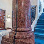Treppensäule aus poliertem roten Granit mit Glastrennwand in der Mitte