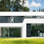 Moderner Flachbau mit großen Fensterflächen und Außenbereich