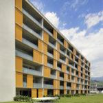 Gebäudekomplex, Loggien mit orangen Schiebeläden