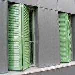 Grüne Faltschiebeläden mit Lamellenoptik