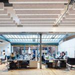 Büro mit Deckenpaneelen