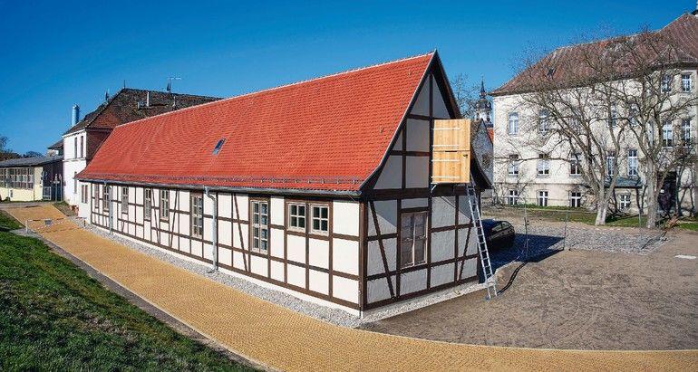 geweißterFachwerkbau auf Schlossgelände