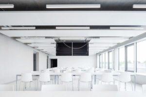 Konferenz-/Unterrichtsraum, weiß mit offenliegendem Deckenheizpanel
