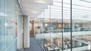 Flur mit einseitiger Glaswand mit überdachtem Innenhof