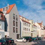 Der Neubau in historischem Nachbarsbestand. Bild: Schlagmann Poroton, Ole Ott
