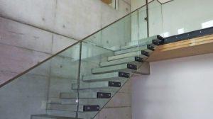 freistehende Betontreppe mit Glasgeländer