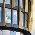 Verglaste Fensterfront mit gelben Designelementen