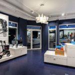 Verkaufsraum mit dunkelblauem Linoleum-Bodenbelag