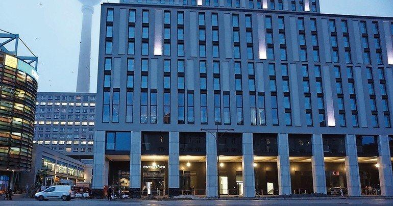 Mit Glasfaserbeton gestaltete Fassade an einem Hotel am Alexanderplatz. Bild: Conae