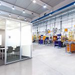 Raum-in-Raum-Lösung als Hallenbüro für Industriebereich. Bild: Dauohin HumanDesign Group