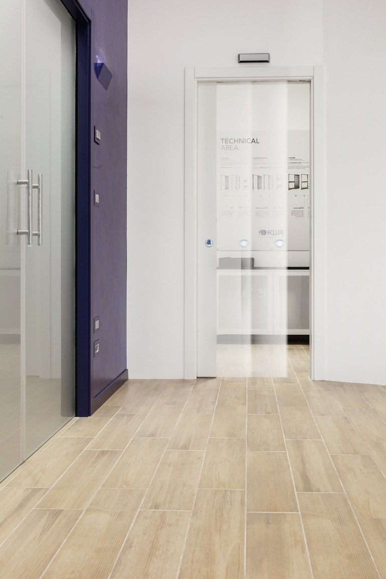 Schiebetüren in der Innenwand mit automatischer Türsteuerung. Bild: Eclisse
