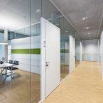Die flächig ausgeführten Türelemente wirken wie frei im Raum stehende Wandscheiben. Bild: Feco-Feederle